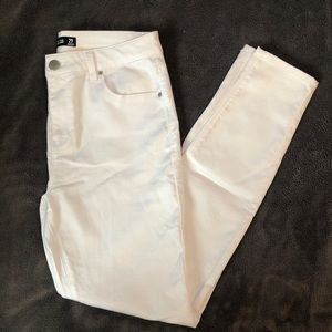 NWOT Design Lab Lord & Taylor White Skinny Jeans